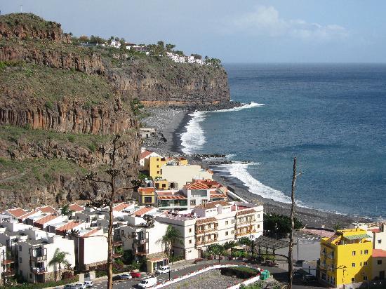Hotel Jardin Tecina: Vue de la ville sur l'hotel, au fond sur la falaise