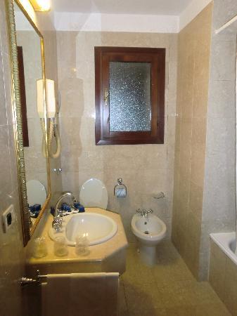 Amadeus Hotel : Baño