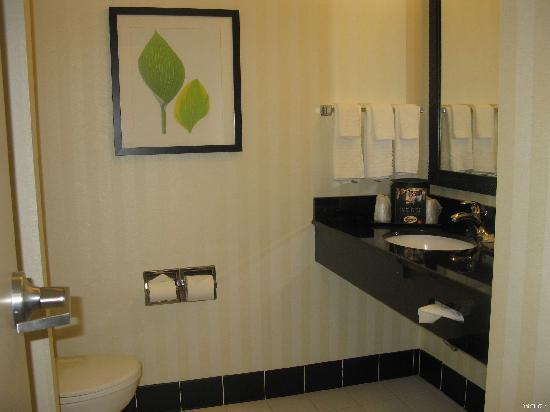 Fairfield Inn & Suites Verona: Bathroom