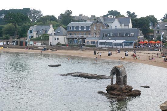 Hotel Saint Guirec et de la Plage : Vista dell'insieme: ristorante (davanti) ed hotel (dietro)
