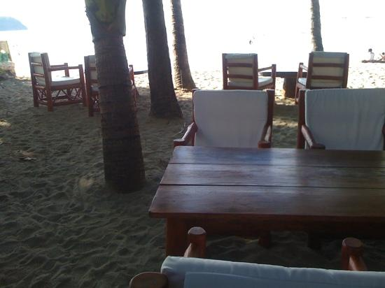 Locanda Samara: dining area on beach