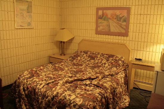 أستون فيلا موتيل: bed and side tables