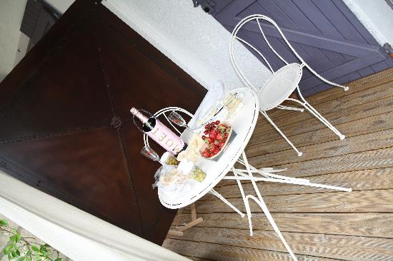 Hotel Sous les Figuiers: Deck table and chairs