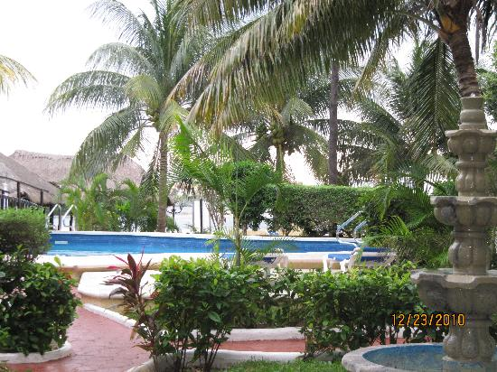Beach House Imperial Laguna Cancún Hotel: Garden and pool