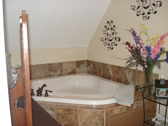 "Blackberry Inn at Yosemite: hot tub in ""honeymoon sweet"""