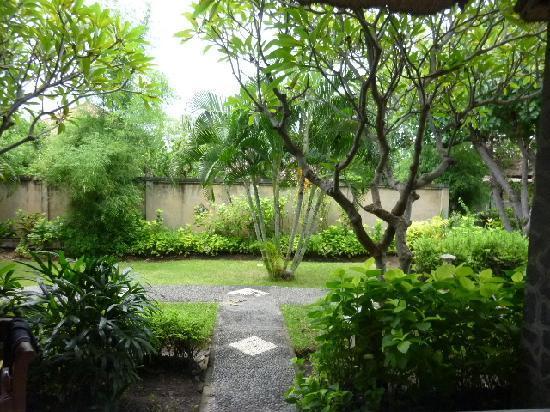 Aneka Bagus Pemuteran Resort & Spa: 部屋から外をみると