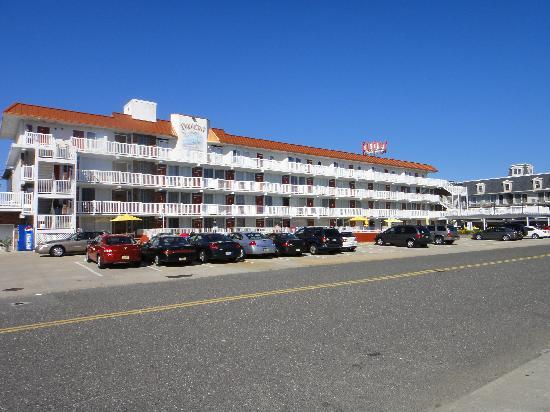 Cape Cod Inn Motel: A view of the hotel from the street