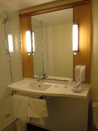 Ibis Vichy: salle de bain