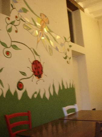 Organic Tapas : Painted wall in the restaurant