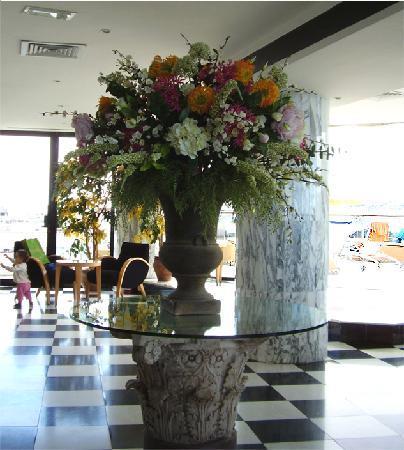 Reina Isabel Hotel: Baren med poolområdet utanför