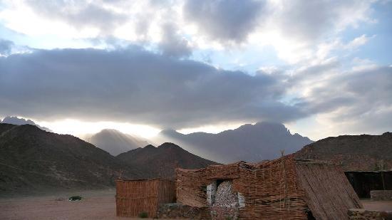 Sonnenuntergang über einem Beduinendorf westlichen von Hurghada