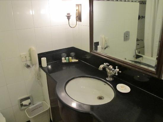 KK Royal Hotel & Convention Center: Bathroom