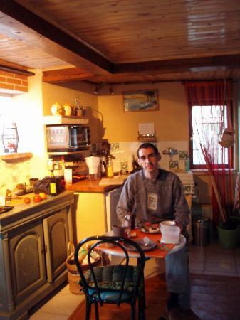 Prades, France: Mi novio desayunando en el rincón de la cocina
