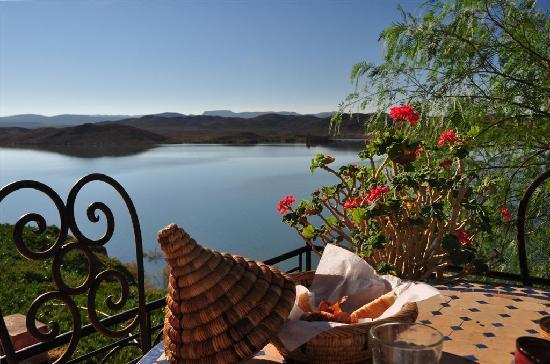 Les Tourmalines: breakfast while overlooking the lake