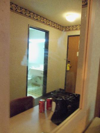 Super 8 Beachwood/Cleveland Area: smudges on mirror
