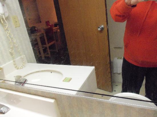 Super 8 Beachwood/Cleveland Area: bathroom mirror