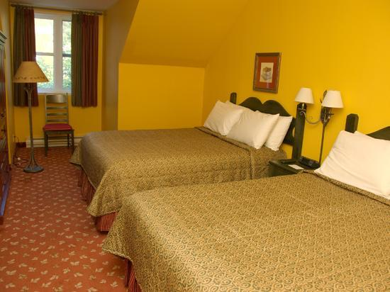 Sommet des Neiges : Roomy second bedroom with two queen beds