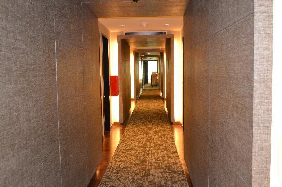 Park Regis Singapore: hallways on the 7th floor(top)