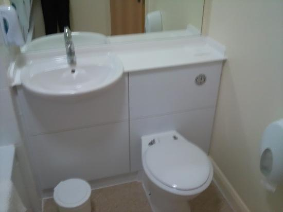 Premier Inn Telford North Hotel: Toilet And Sink In The Hotel