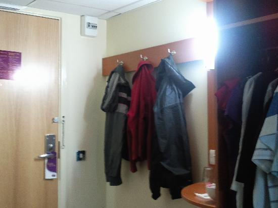 Premier Inn Telford North Hotel: Clothes hanging area in the hotel