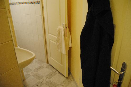 Hotel Pension Schottentor: lavandino dietro alla porta d'ingresso della stanza
