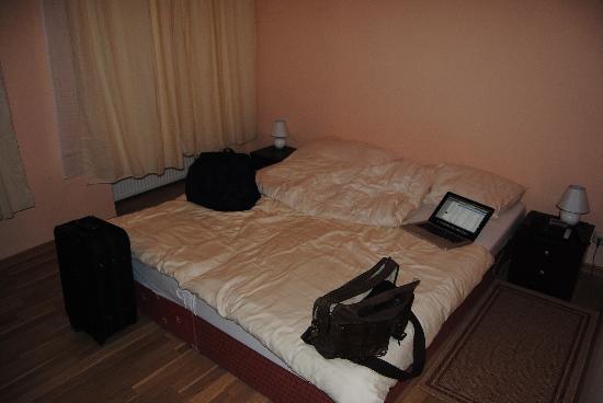 Hotel Pension Schottentor: letto stanze nuove,  nell'altro edificio, coprimaterasso senza lenzuola