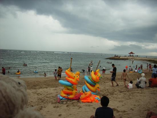 Nusa Dua Beach: 浮輪もレンタルしてくれるみたいです。