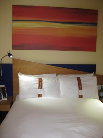 Holiday Inn Express Taunton M5 Jct 25: Double bed with firm and soft pillows