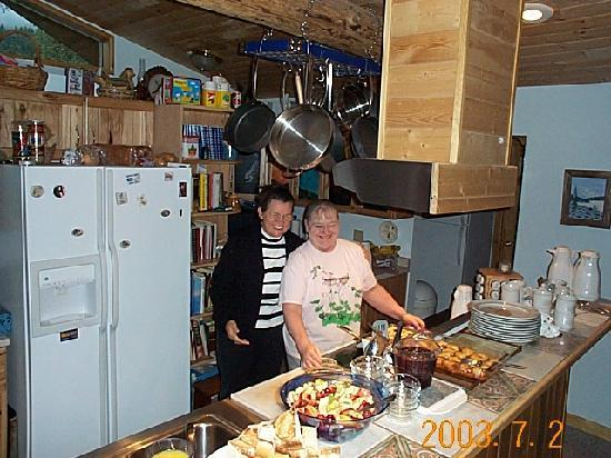 Upper Kenai River Inn : Peggy and my wife admiring breakfast
