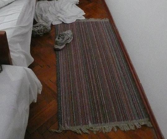 Hotel Terminus: dirty rug