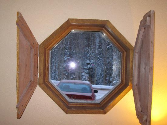 Alpine Village Suites: We did have 2 windows - this one and a large one by the door which had a BEAUTIFUL VIEW!