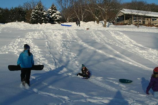Hawk Valley Retreat & Cottages: Sledding on B&B property