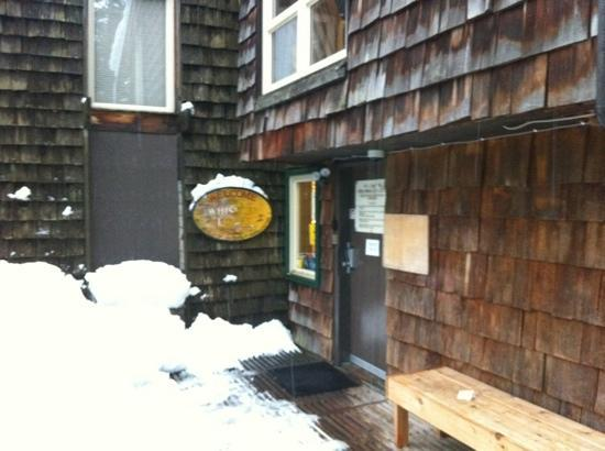 Whistler Lodge Hostel: entrance