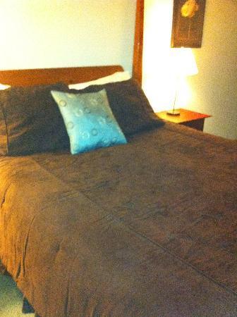 Cinnamon Bear Inn: Our comfy bed in Room 6