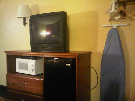 Days Inn by Wyndham Torrington: TV/microwave/fridge/iron