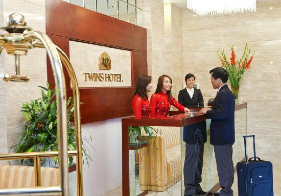 Hanoi Twins Hotel: Hotel lobby with twins receptionist
