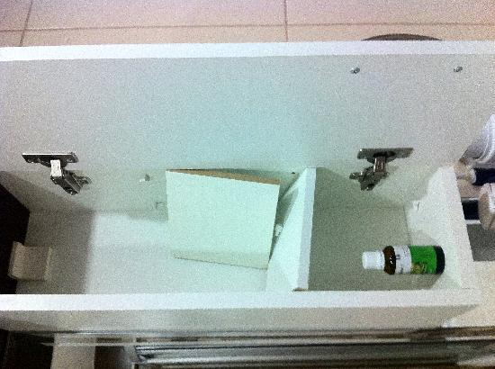 Turk Art Hotel: broken furniture in the bathroom