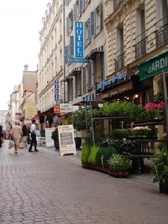 Hotel les Hauts de Passy: Pedestrian street