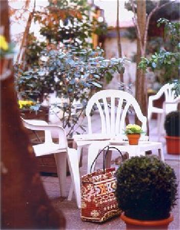 Hotel les Hauts de Passy: smmer garden