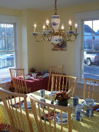 James Place Inn Bed and Breakfast: Sunny Breakfast Room