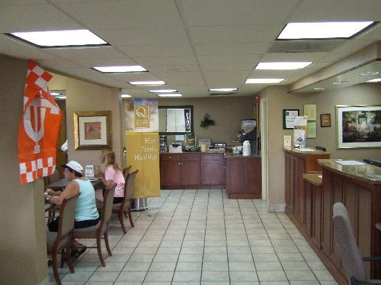 Quality Inn Merchants Drive: reception and breakfast area