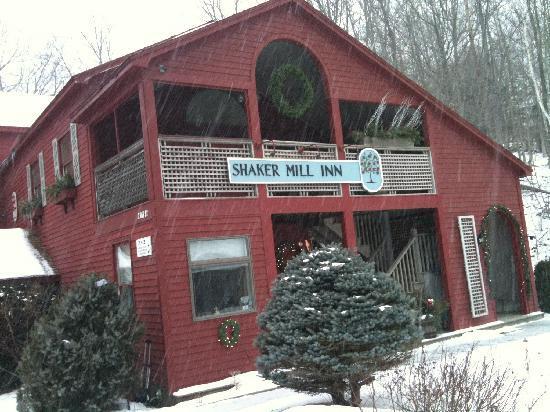 Shaker Mill Inn: Fresh snow from the Dec 27th Storm