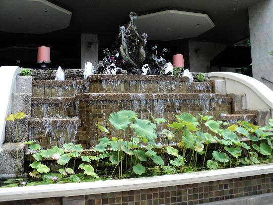 The Bayview Hotel: Beautiful fountain behind swimming pool.  Steps on either side lead back up to the lobby.