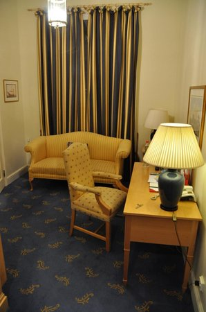 St. Petersbourg Hotel : Small livingroom in the suite