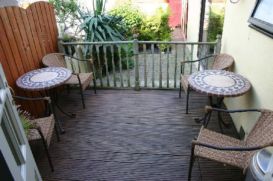 Avondale Guesthouse: Rear patio