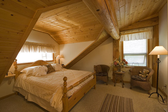 The Log House Inn: Queen sleigh bedroom