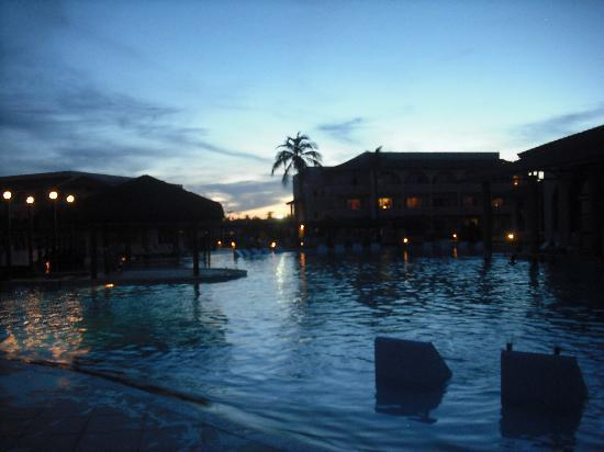 Grand Palladium Imbassai Resort & Spa: Atardecer en la piscina