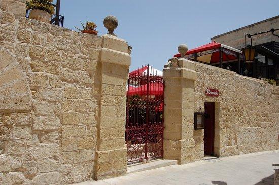Fontanella Tea Garden: The entrance