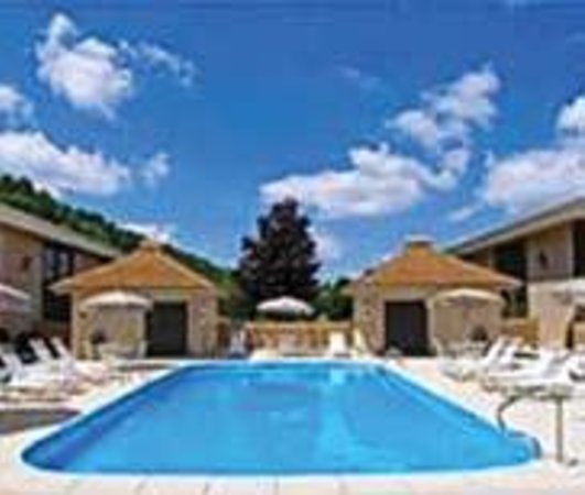 Quality Hotel and Conference Center: Outdoor  Pool