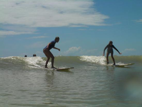 Surf Camp Pipa: catching first waves